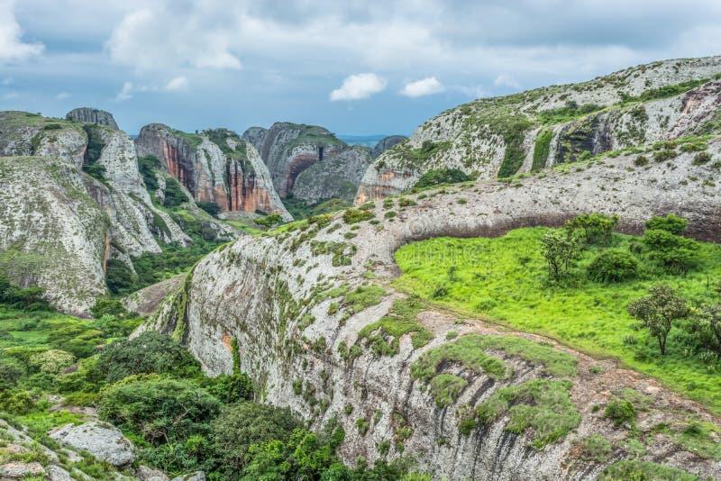 Άποψη στα βουνά Pungo Andongo, Pedras Negras ( μαύρο stones) , τεράστια γεωλογικά στοιχεία βράχου στοκ εικόνες