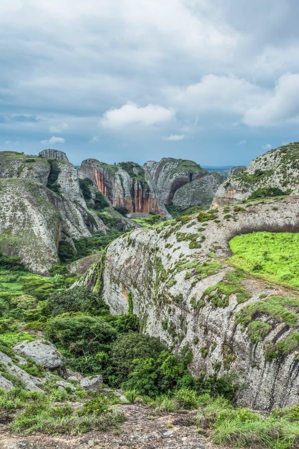 Άποψη στα βουνά Pungo Andongo, Pedras Negras ( μαύρο stones) , τεράστια γεωλογικά στοιχεία βράχου στοκ εικόνα