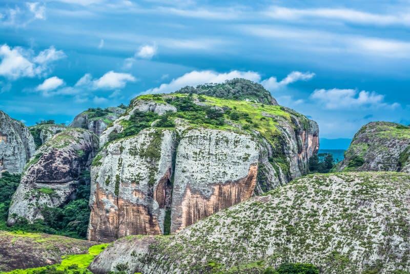 Άποψη στα βουνά Pungo Andongo, Pedras Negras & x28 μαύρο stones& x29 , τεράστια γεωλογικά στοιχεία βράχου στοκ εικόνα