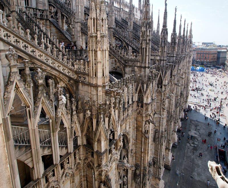 Άποψη στεγών από τον καθεδρικό ναό του Μιλάνου στην κεντρική πλατεία στοκ εικόνα