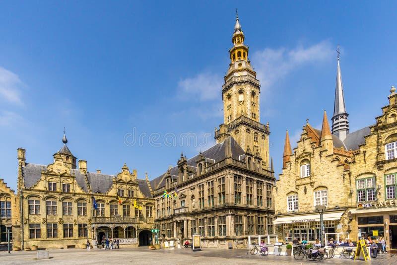 Άποψη στην αίθουσα, το δικαστήριο και το καμπαναριό πόλεων στο Grote markt Veurne στο Βέλγιο στοκ εικόνα