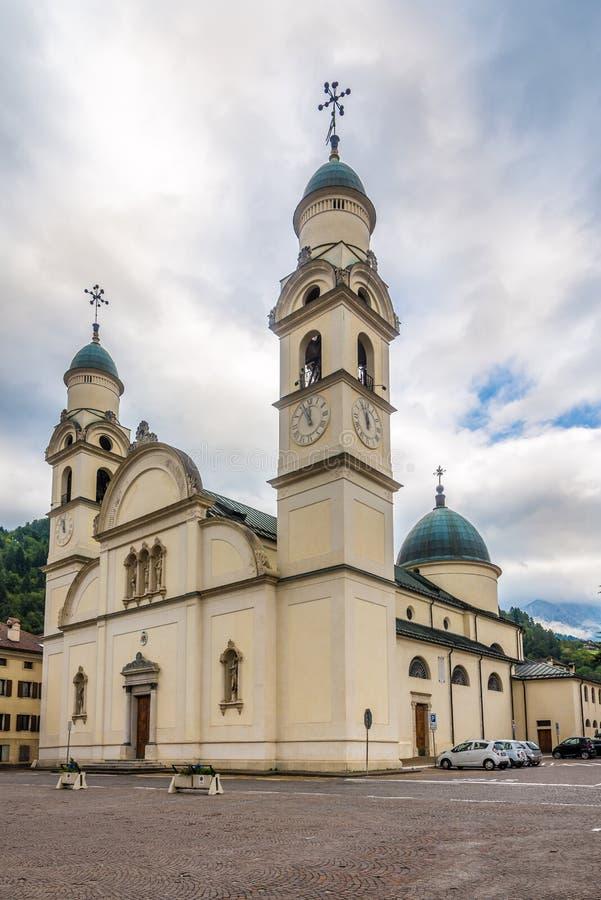 Άποψη στην εκκλησία της Σάντα Μαρία Nascente σε Agordo - την Ιταλία στοκ φωτογραφία