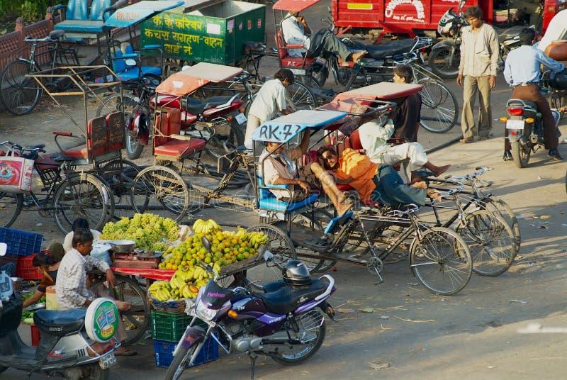 Άποψη στην οδό αγοράς με τις δίτροχες χειράμαξες που περιμένουν τους επιβάτες στο Jaipur, Ινδία στοκ εικόνες
