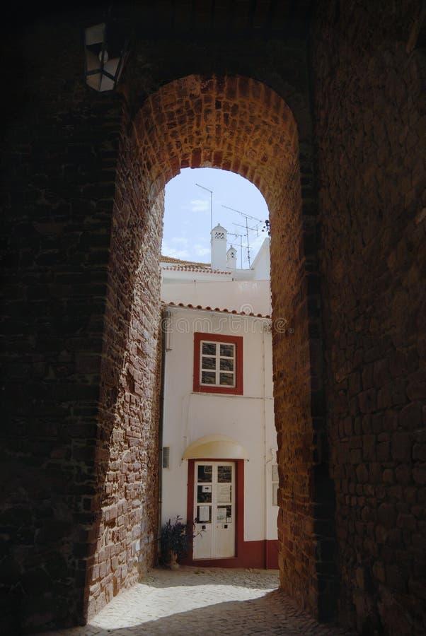 Άποψη στην οδό με την ιστορική γούρνα οικοδόμησης μια αψίδα σε Silves, Πορτογαλία στοκ φωτογραφία με δικαίωμα ελεύθερης χρήσης