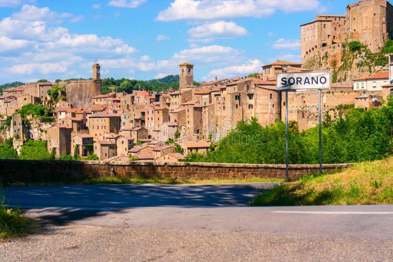 Άποψη στην παλαιά διάσημη πόλη ηφαιστειακών τεφρών Sorano στοκ φωτογραφία με δικαίωμα ελεύθερης χρήσης