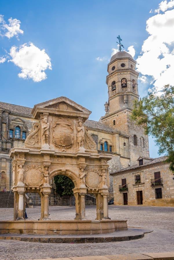 Άποψη στην πηγή της Σάντα Μαρία με τον καθεδρικό ναό Baeza - της Ισπανίας στοκ εικόνες