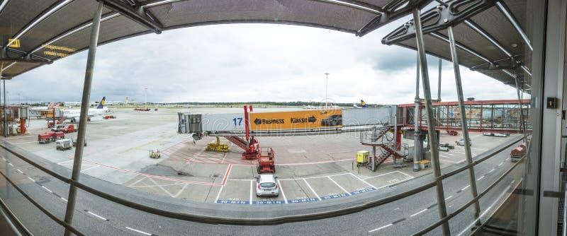 Άποψη στην ποδιά στην πύλη στο τερματικό 2 στο Αμβούργο, Γερμανία στοκ εικόνες