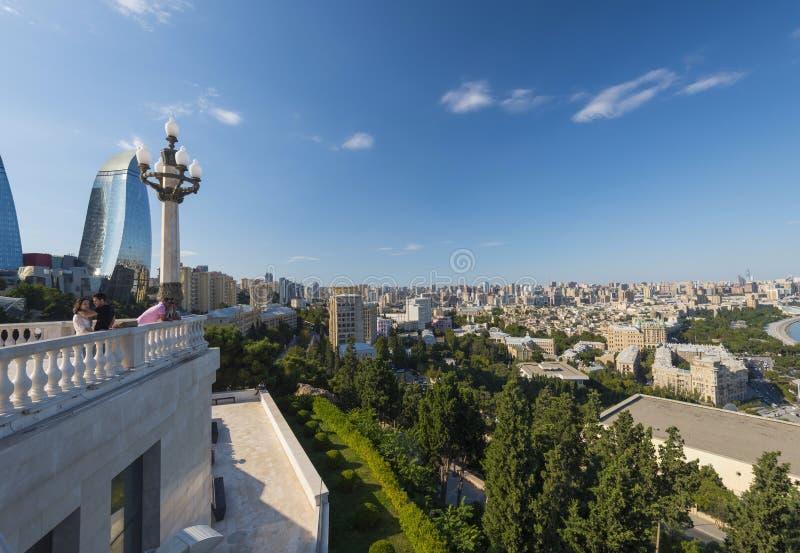 Άποψη στην πόλη του Μπακού από το πάρκο υψίπεδων, γέφυρα παρατήρησης στοκ φωτογραφίες