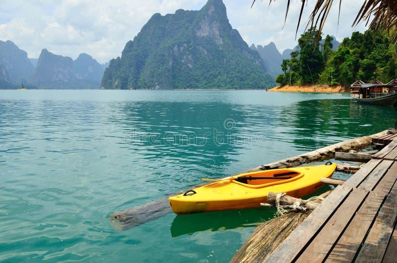 Άποψη στη λίμνη Chiew Larn, εθνικό πάρκο Khao Sok, Ταϊλάνδη στοκ εικόνες