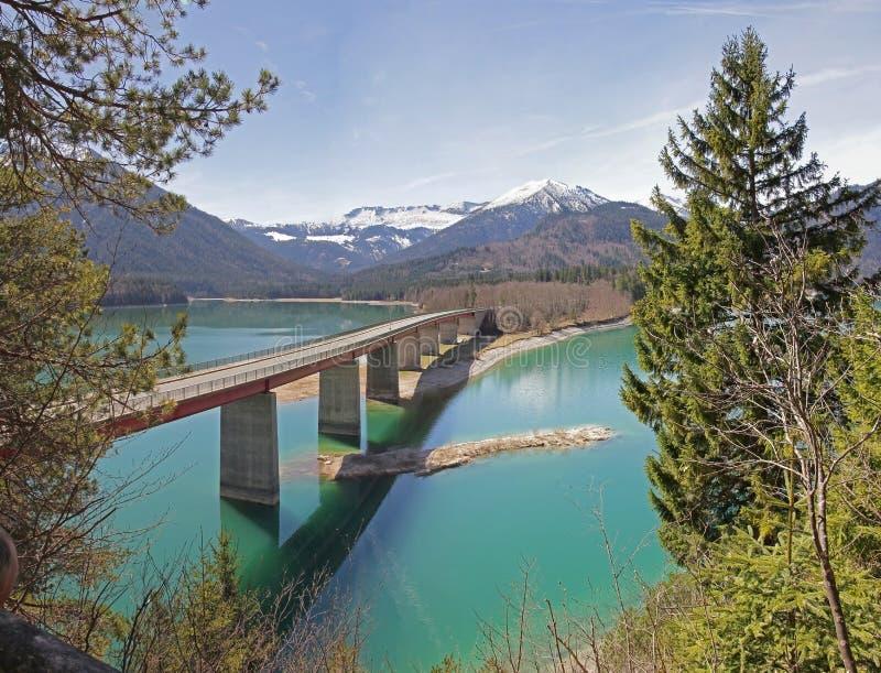 Άποψη στη λίμνη sylvenstein με τη γέφυρα και karwendel τα βουνά στοκ εικόνες με δικαίωμα ελεύθερης χρήσης