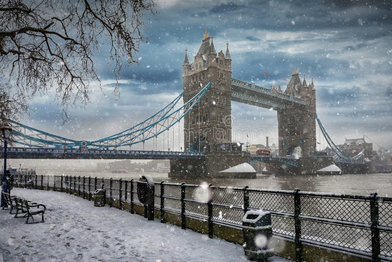 Άποψη στη γέφυρα πύργων στο Λονδίνο κατά τη διάρκεια του χειμώνα στοκ εικόνα με δικαίωμα ελεύθερης χρήσης