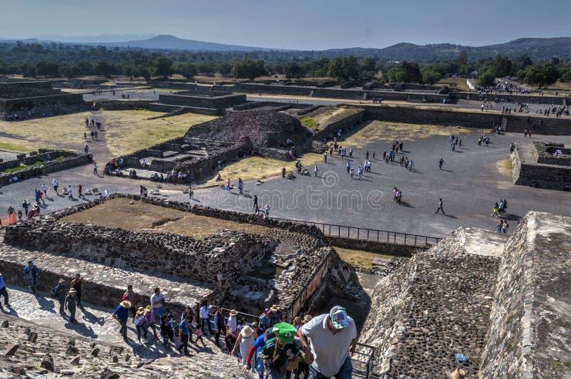Άποψη στη λεωφόρο των νεκρών από την πυραμίδα της The Sun Καταστροφές Teotihuacan Τουρίστες που παρατάσσονται για να αναρριχηθούν στοκ εικόνες με δικαίωμα ελεύθερης χρήσης