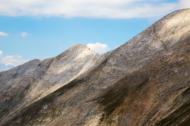 Άποψη στη σέλα Koncheto και την αιχμή suhodol Banski στοκ φωτογραφία
