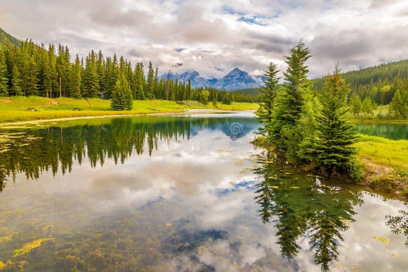 Άποψη στη φύση κοντά Vermillion στις λίμνες στο εθνικό πάρκο Banff - Καναδάς στοκ εικόνες