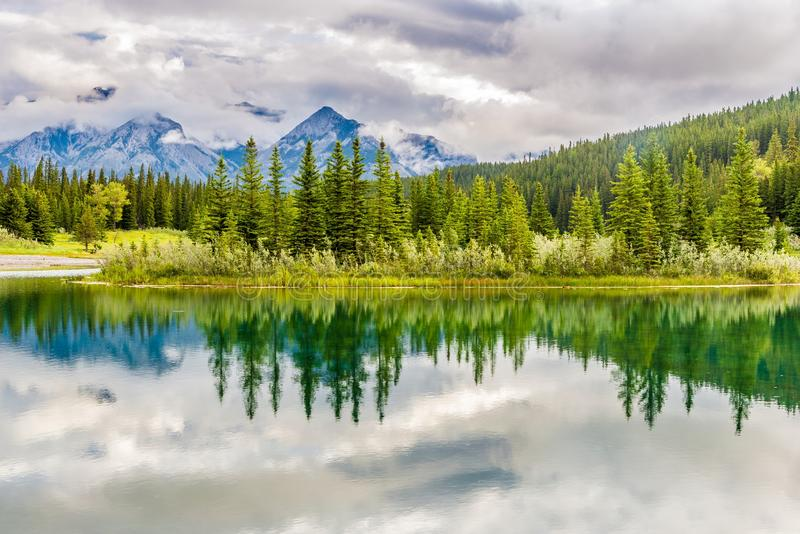 Άποψη στη φύση κοντά Vermillion στις λίμνες στο εθνικό πάρκο Banff - καναδικά δύσκολα βουνά στοκ φωτογραφία με δικαίωμα ελεύθερης χρήσης