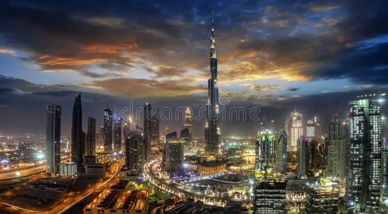 Άποψη στον επιχειρησιακό κόλπο του Ντουμπάι αμέσως μετά από το ηλιοβασίλεμα, Ε.Α.Ε. στοκ φωτογραφία με δικαίωμα ελεύθερης χρήσης