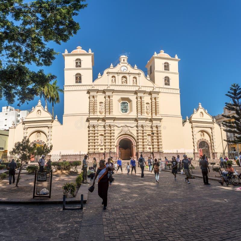 Άποψη στον καθεδρικό ναό του αρχαγγέλου Αγίου Michael από το κεντρικό πάρκο στην Τεγκουσιγκάλπα - την Ονδούρα στοκ εικόνα με δικαίωμα ελεύθερης χρήσης