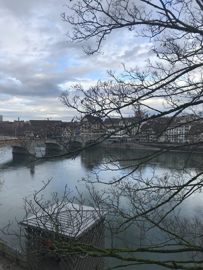 Άποψη στον ποταμό του πόλης κέντρου της Βασιλείας στοκ εικόνα με δικαίωμα ελεύθερης χρήσης