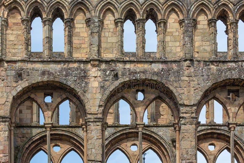 Άποψη στον τοίχο με τα σκωτσέζικα σύνορα αβαείων Jedburgh καταστροφών αψίδων στοκ εικόνες