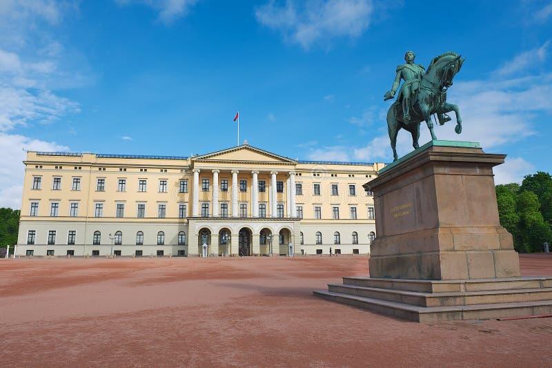 Άποψη στο βασιλικό παλάτι με το άγαλμα του βασιλιά Karl Johan στο πρώτο πλάνο στο Όσλο, Νορβηγία στοκ εικόνα με δικαίωμα ελεύθερης χρήσης