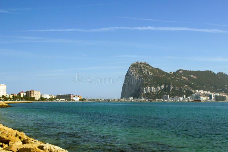 Άποψη στο βράχο του Γιβραλτάρ μέσω της θάλασσας Mediterrian από την παραλία της Ισπανίας στοκ εικόνες