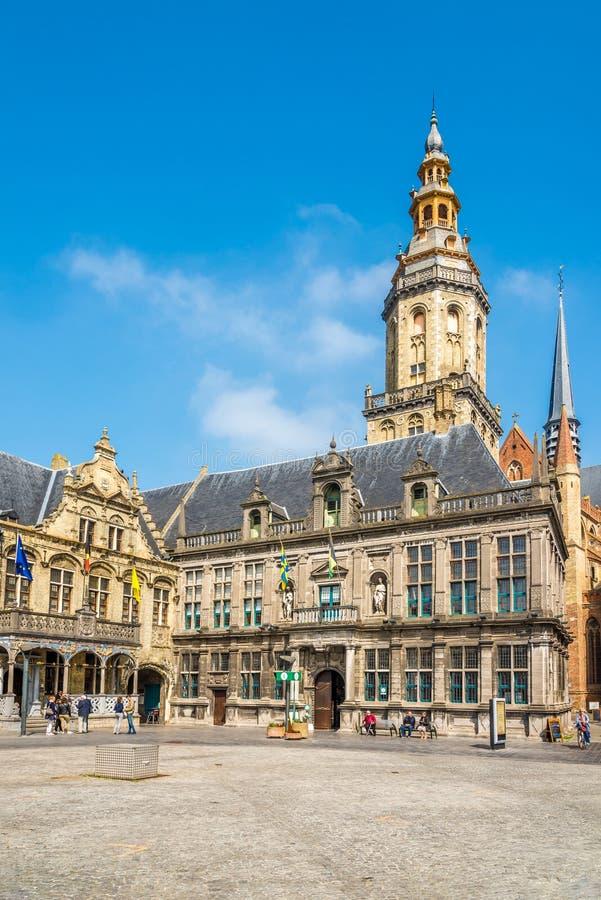 Άποψη στο Δημαρχείο, το δικαστήριο και το καμπαναριό σε Veurne - το Βέλγιο στοκ φωτογραφία με δικαίωμα ελεύθερης χρήσης