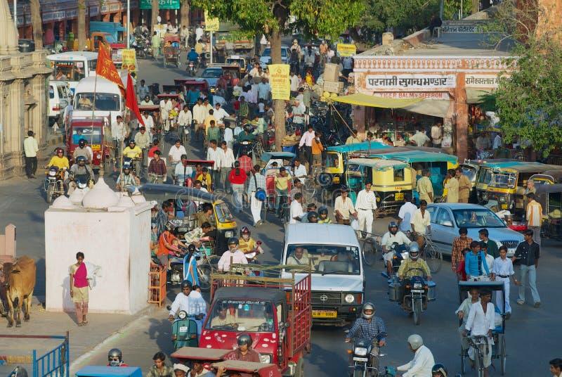 Άποψη στο δρόμο με έντονη κίνηση της πόλης κατά τη διάρκεια της ώρας κυκλοφοριακής αιχμής βραδιού στο Jaipur, Ινδία στοκ φωτογραφία με δικαίωμα ελεύθερης χρήσης
