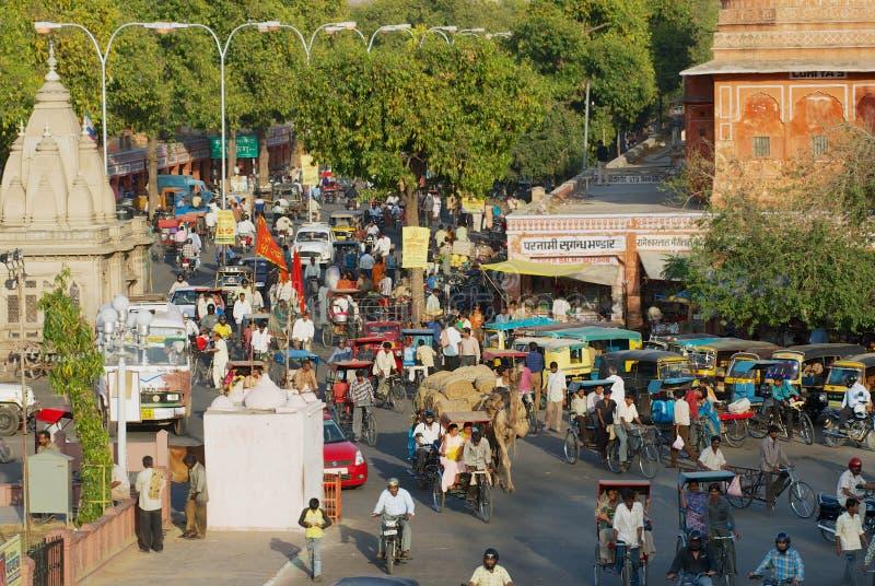 Άποψη στο δρόμο με έντονη κίνηση της πόλης κατά τη διάρκεια της ώρας κυκλοφοριακής αιχμής βραδιού στο Jaipur, Ινδία στοκ φωτογραφίες