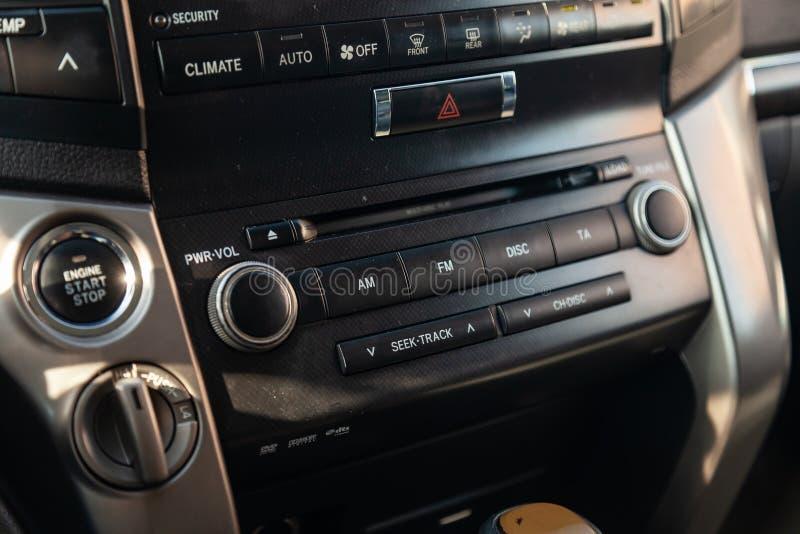 Άποψη στο εσωτερικό του ταχύπλοου σκάφους 200 εδάφους της Toyota με το ταμπλό, ρολόι, σύστημα μέσων, μπροστινά καθίσματα και shif στοκ φωτογραφία με δικαίωμα ελεύθερης χρήσης