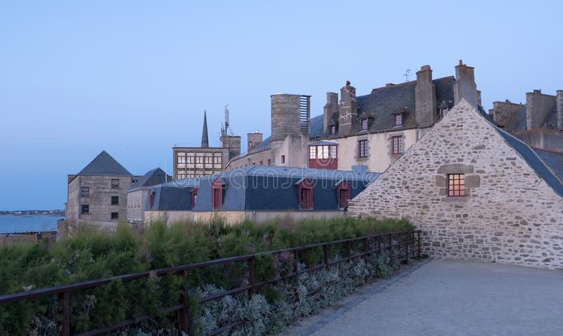 Άποψη στο ηλιοβασίλεμα από τον τοίχο της παλαιάς πόλης με τα κτήρια γρανίτη Άγιος-Malo στη Βρετάνη, Γαλλία στοκ φωτογραφία