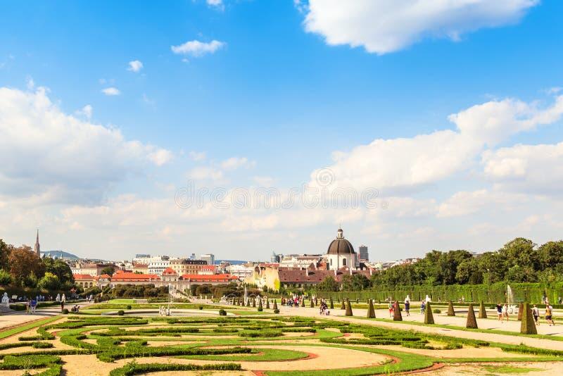 Άποψη στο θερμοκήπιο πορτοκαλιών και τον κήπο του παλατιού πανοραμικών πυργίσκων, Βιέννη, Αυστρία στοκ φωτογραφίες