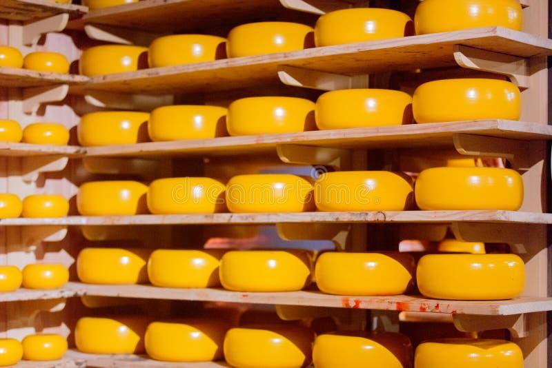 Άποψη στο κίτρινο ολλανδικό τυρί στην αποθήκη εμπορευμάτων στοκ φωτογραφία με δικαίωμα ελεύθερης χρήσης