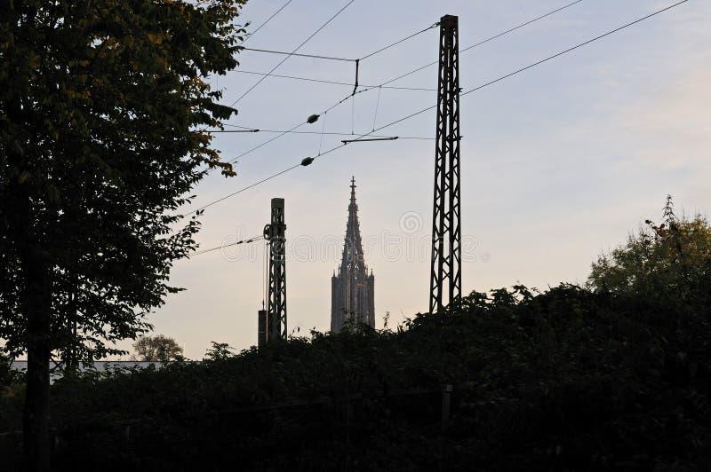 Άποψη στο καμπαναριό του μοναστηριακού ναού Ulm στοκ εικόνες