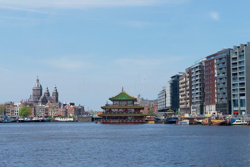 Άποψη στο κανάλι με τα σύγχρονα και ιστορικά κτήρια στο Άμστερνταμ, Κάτω Χώρες στοκ εικόνες