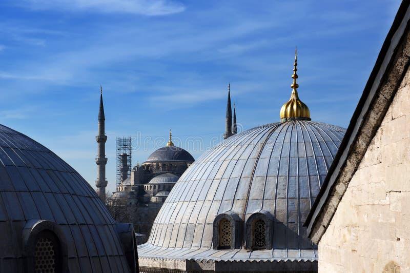 Άποψη στο μπλε μουσουλμανικό τέμενος από τους θόλους Hagia Sophia, Ιστανμπούλ, Τουρκία στοκ εικόνα