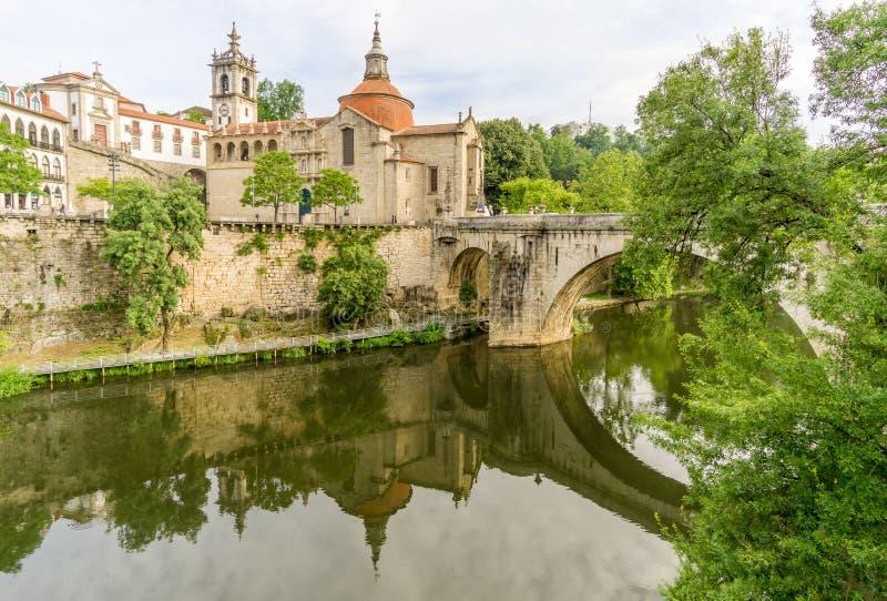 Άποψη στο Σάο Gonsalo μοναστηριών με την παλαιά γέφυρα και τον ποταμό Tamega στο Αμαράντε - την Πορτογαλία στοκ εικόνες