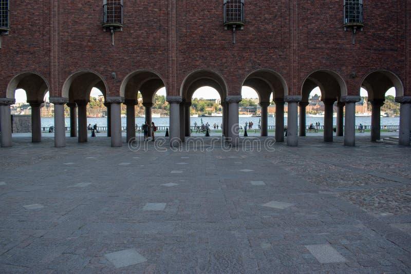 Άποψη στυλοβατών από την αίθουσα πόλεων της Στοκχόλμης στοκ εικόνα