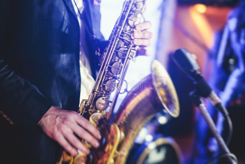 Άποψη συναυλίας ενός φορέα saxophone με τον αοιδό και το μουσικό jaz στοκ εικόνες