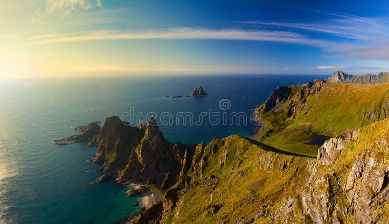 Άποψη συνόδου κορυφής Matinden τους θαυμάσιους απότομους βράχους ακτών που καλύπτονται σχετικά με στο φως ηλιοβασιλέματος, Vester στοκ εικόνες