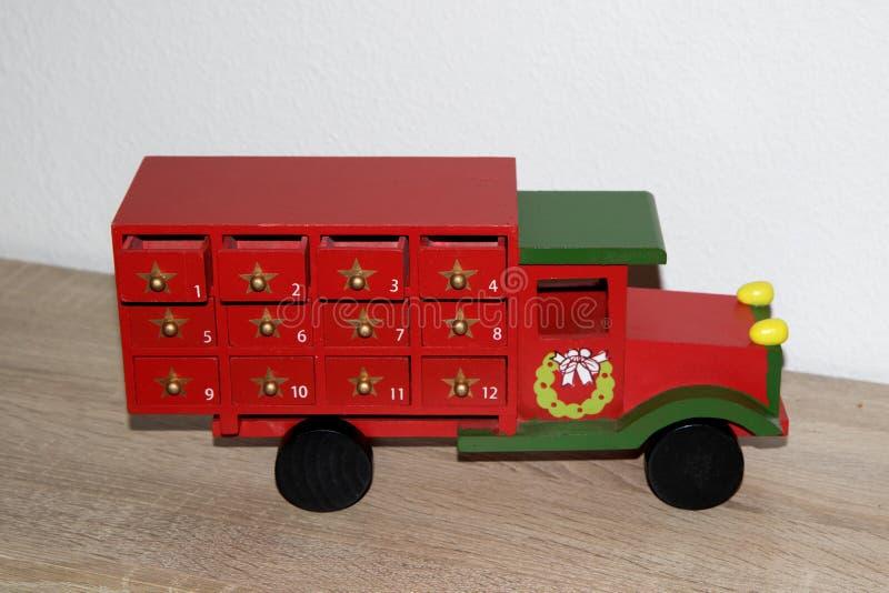 Άποψη σχετικά με ένα ζωηρόχρωμο ξύλινο φορτηγό ως ημερολόγιο εμφάνισης στο niederlangen στοκ φωτογραφίες με δικαίωμα ελεύθερης χρήσης