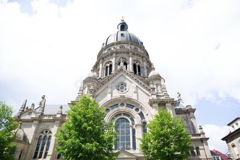 Άποψη σχετικά με ένα καμπαναριό εκκλησιών με το ιστορικό παράθυρο στο Μάιντς Γερμανία στοκ εικόνα