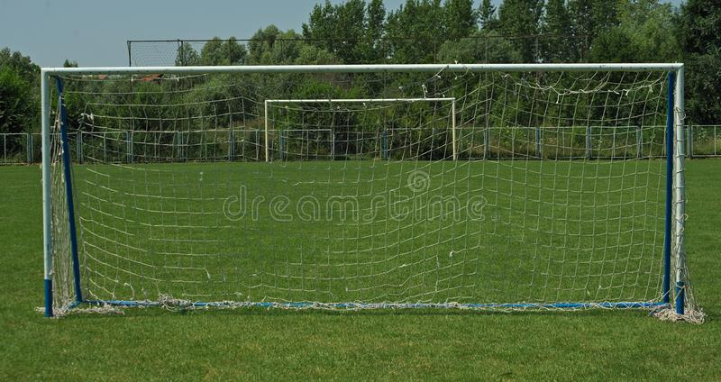 Άποψη σχετικά με δύο στόχους στο αγωνιστικό χώρο ποδοσφαίρου, επάνω σε μπροστινό και το δεύτερο στο υπόβαθρο στοκ εικόνα