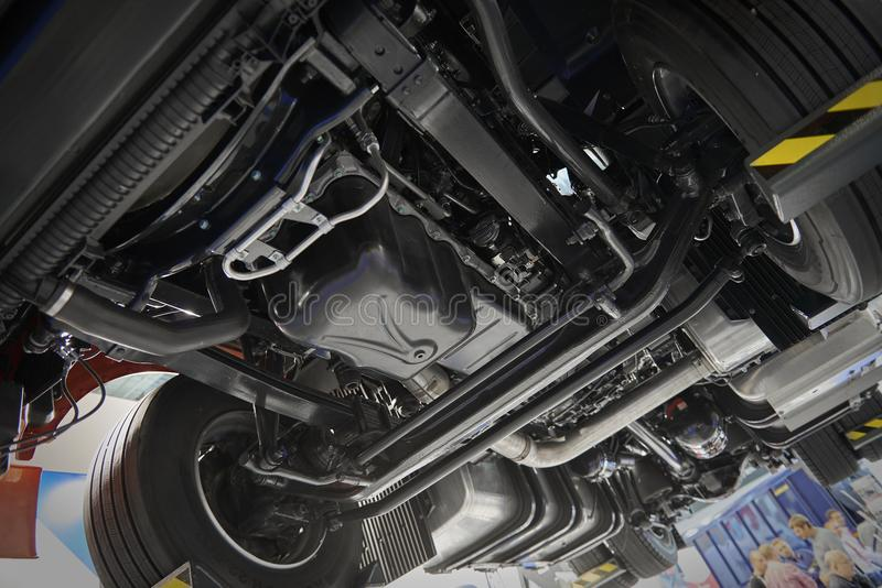 Άποψη σχετικά με τα εμπορικά πλαίσια φορτηγών κάτω από το διαφορετικό πνευματικό, ηλεκτρικό εξοπλισμό καμπινών και τις διάφορες λ στοκ φωτογραφία με δικαίωμα ελεύθερης χρήσης