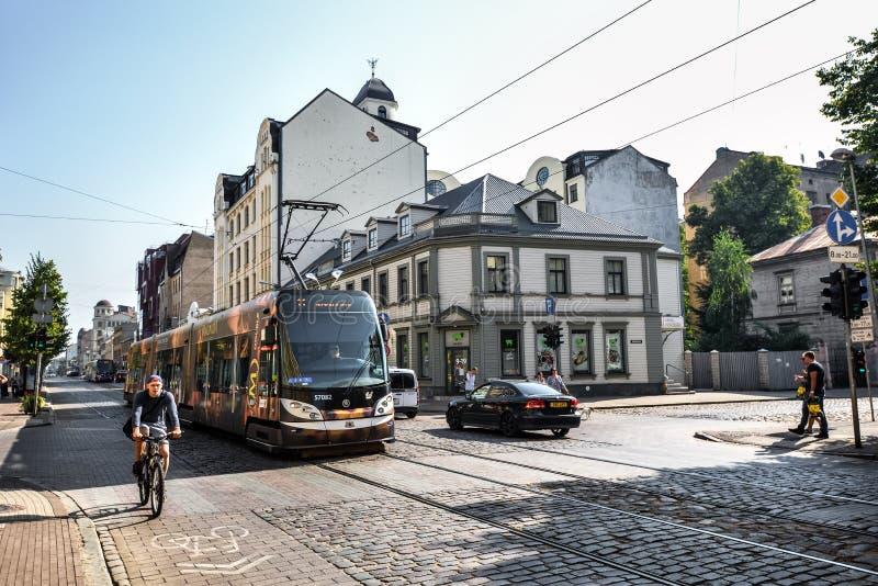 Άποψη σχετικά με τα παλαιές ζωηρόχρωμες κτήρια και τις οδούς της Ρήγας, σύγχρονο τραμ, Λετονία Αρχιτεκτονική στο κέντρο πόλεων τη στοκ εικόνα με δικαίωμα ελεύθερης χρήσης