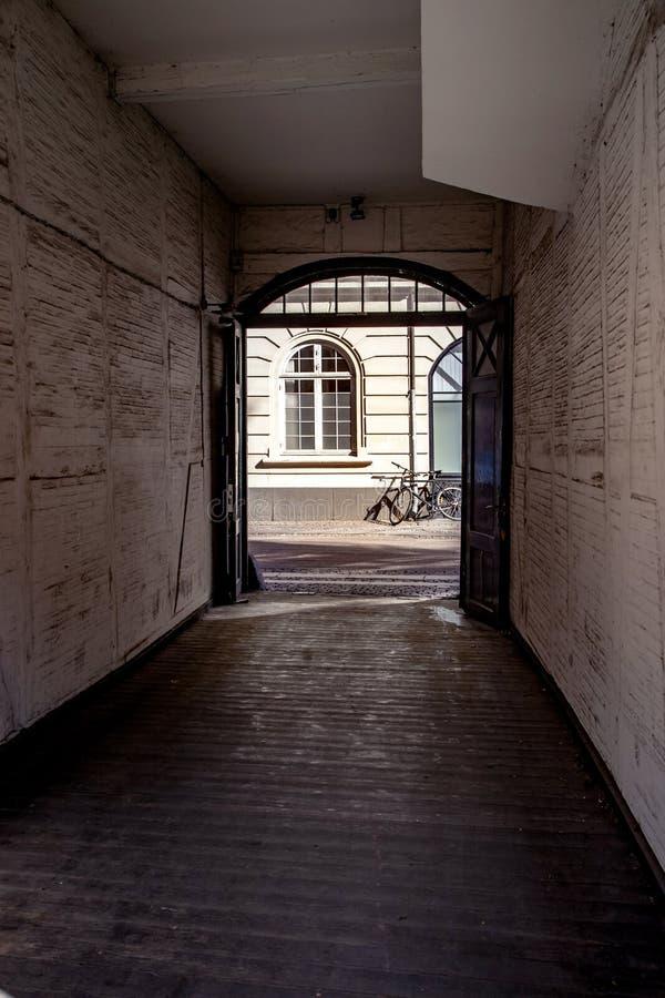 άποψη σχετικά με τα ποδήλατα και το σπίτι και ηλιόλουστη ημέρα στην οδό στοκ φωτογραφία με δικαίωμα ελεύθερης χρήσης
