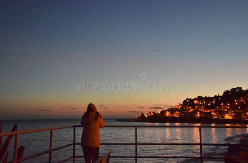 Άποψη σχετικά με τα φω'τα παραλιών και χωρών ηλιοβασιλέματος στοκ φωτογραφίες με δικαίωμα ελεύθερης χρήσης