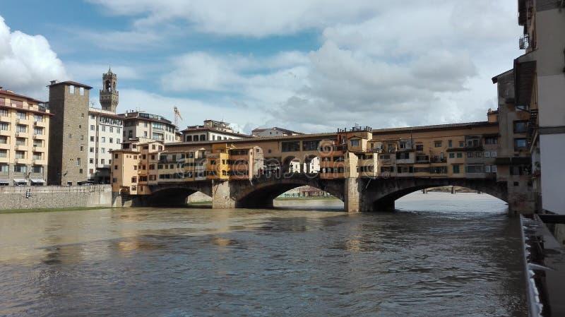 Άποψη σχετικά με την παλαιά γέφυρα στη Φλωρεντία στοκ φωτογραφία