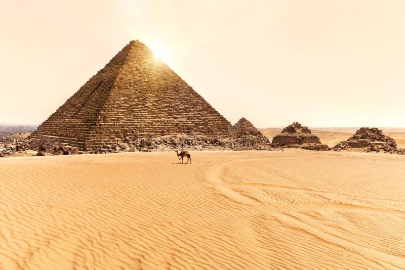Άποψη σχετικά με την πυραμίδα Menkaure και τριών μικρών πυραμίδων σε Giza, Αίγυπτος στοκ φωτογραφία με δικαίωμα ελεύθερης χρήσης