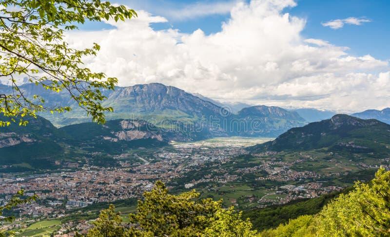 Άποψη σχετικά με την πόλη Trento, Ιταλία, από το βουνό Marzola μπλε σύννεφων πλήρες πράσινο τοπίο εστίασης πεδίων ημέρας οφειλόμε στοκ εικόνα με δικαίωμα ελεύθερης χρήσης