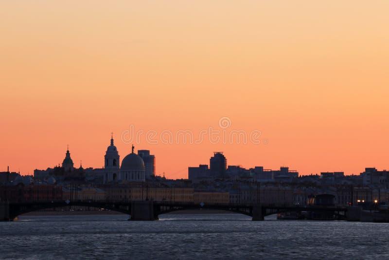 Άποψη σχετικά με τη γέφυρα ανταλλαγής στις ακτίνες του ηλιοβασιλέματος μεταξύ του νησιού Petrogradsky και του νησιού Vasilievsky  στοκ εικόνα